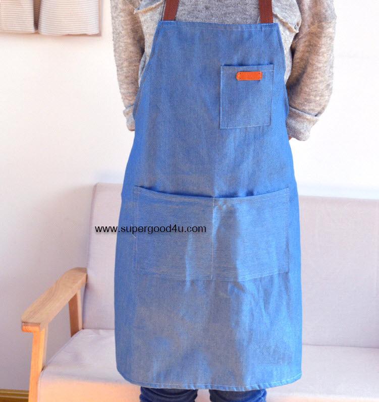 ผ้ากันเปื้อนผ้านิ่มเลียนแบบผ้ายีนส์ ตกแต่งด้วยสายคล้องคอและสายผูกเอว
