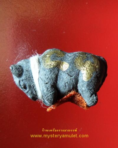 วัวธนู เนื้อผงผสมดินอาถรรพณ์ กรรมการ ติดจีวรและจารมือ หลวงปู่ครูบาแก้ว วัดร่องดู่ พะเยา รุ่นสุดท้าย หายาก