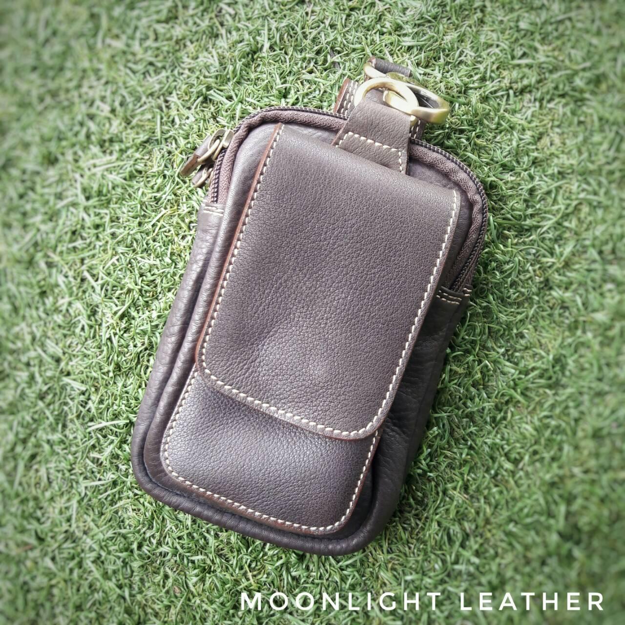 กระเป๋าใส่โทรศัพท์ ร้อยเข็มขัด หนังแท้ รุ่น Belta II สีน้ำตาลเข้ม