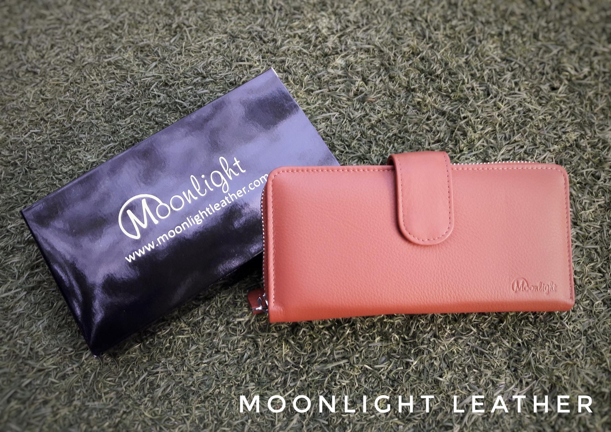 กระเป๋าสตางค์ผู้หญิงใบยาวสวย สีน้ำตาลอมส้ม เป็นหนังวัวแท้แสนนุ่ม ทนทาน โดนน้ำได้ไม่ลอกร่อน พร้อมกล่องแบรนด์แท้ Moonlight