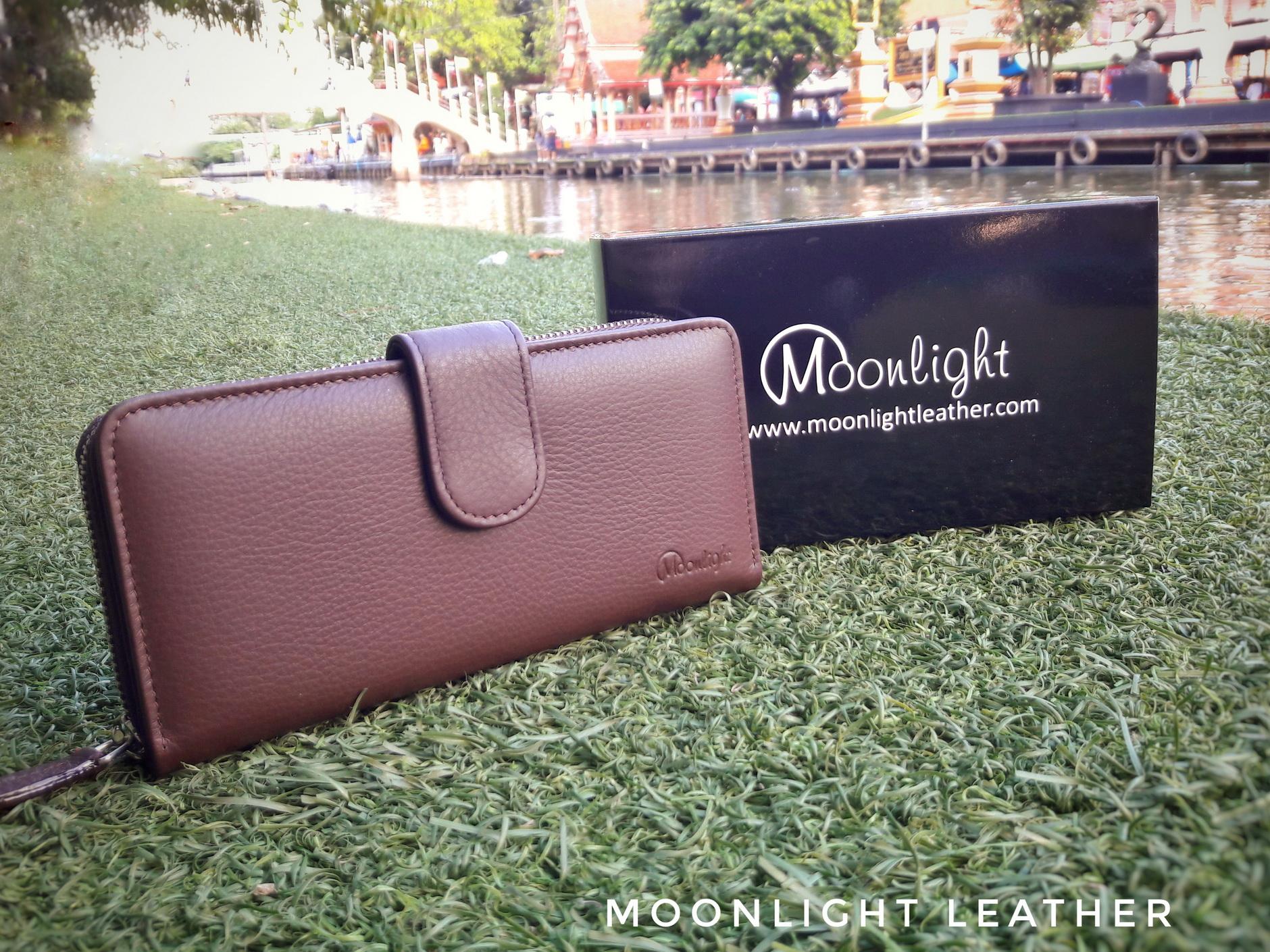 กระเป๋าสตางค์ผู้หญิง ใบยาวสวย สีน้ำตาล ทำจากหนังวัวแท้แสนนุ่ม ทนทาน โดนน้ำได้ ไม่ลอกร่อน พร้อมกล่องแบรนด์แท้ Moonlight