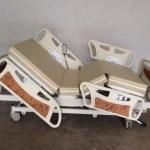 เตียงผู้ป่วย 3 ไกร์ ไฟฟ้า,มือหมุน แบบ ABS ราวปีกนก รหัส MEA016