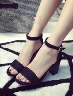 รองเท้าส้นสูงสีดำ ทรงสวม ดีเทลเรียบๆเเต่ดุหรู สวมใส่ง่าย ไม่ปาดเท้า วัสดุหนัง ส้นพียูอย่างดี สายรัดปรับขนาดได้ ส้นสูง 7CM (อวบกว้าง+1)