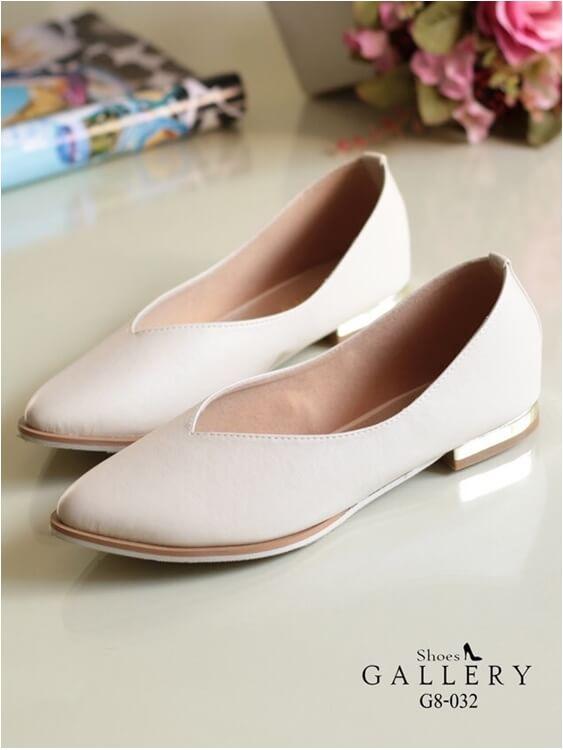 รองเท้าคัทชูส้นเตี้ย หัวแหลม หน้าวี ส้นทอง (สีครีม )