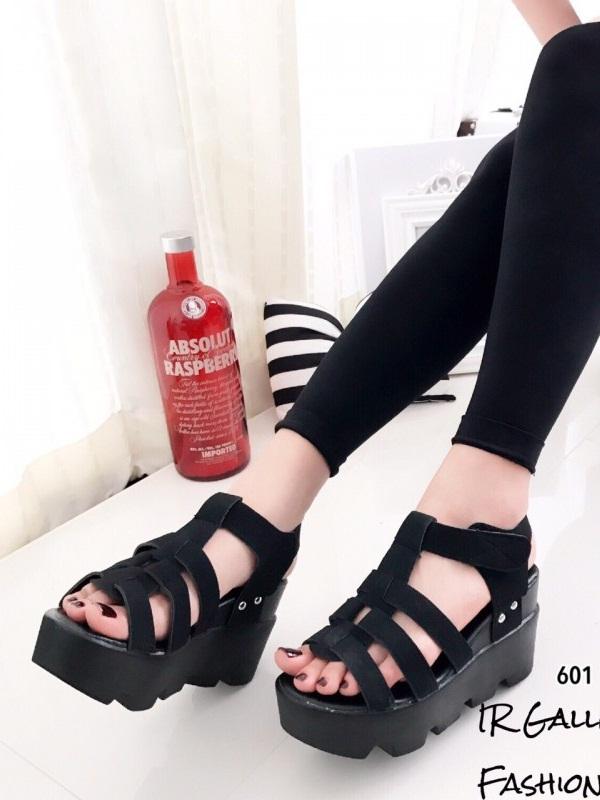 รองเท้าส้นเตารีดรัดส้นสีดำ หนังกลับ ดีไซน์หนังสาน (สีดำ )