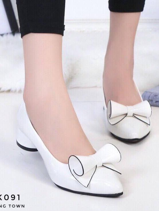 รองเท้าคัทชูส้นสูง หัวแหลม แต่งโบว์น่ารัก (สีขาว )