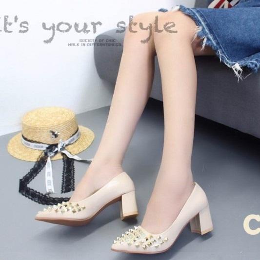 รองเท้าคัทชูส้นตันสีครีม หัวแหลม New collection Valentino style (สีครีม )