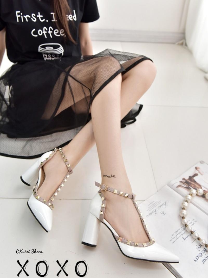 รองเท้าส้นสูงรัดส้น หัวแหลม แต่งหมุด สไตล์ Valentino (สีขาว )