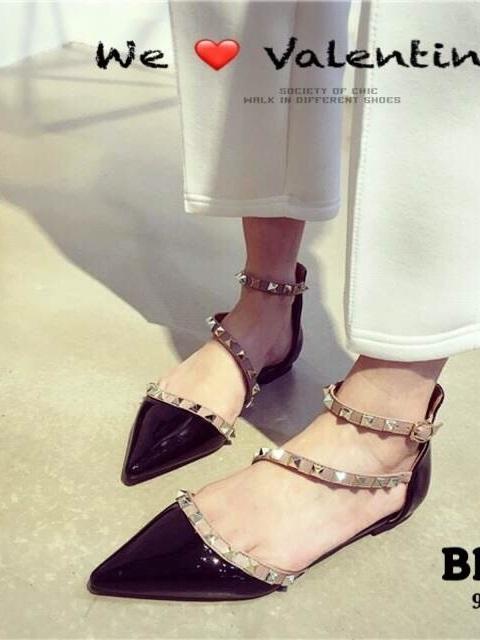 รองเท้าส้นเตี้ยหัวแหลม หนังแก้ว ตอกหมุด สไตล์Valentino (สีดำ )