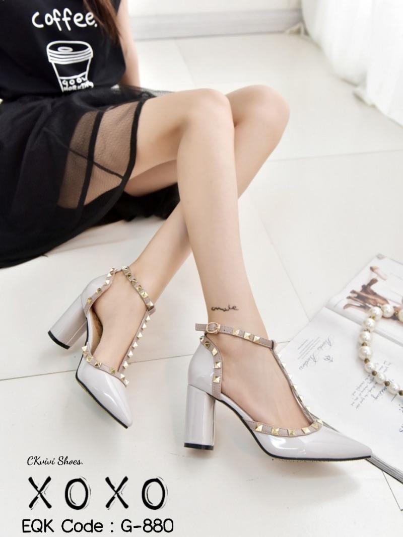 รองเท้าส้นสูงรัดส้น หัวแหลม แต่งหมุด สไตล์ Valentino (สีเทา )