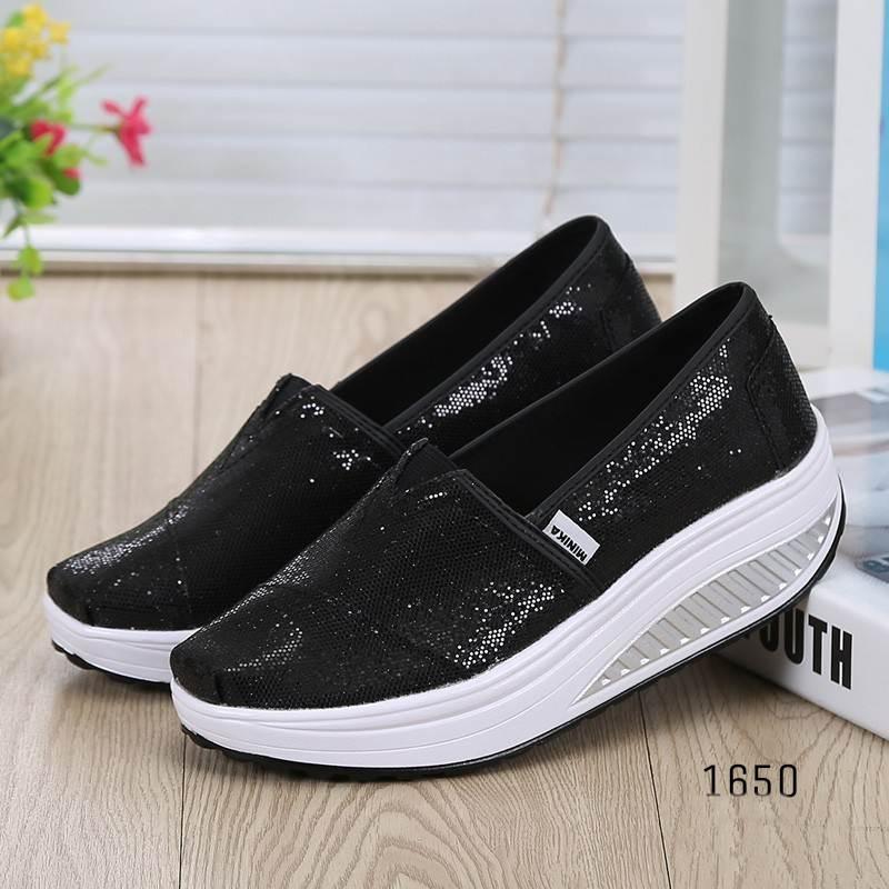 รองเท้าผ้าใบเสริมส้นสีดำ ผ้าทอติดลายกลิตเตอร์วิ้งๆ (สีดำ )