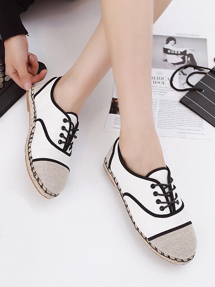 รองเท้าผ้าใบ สไตล์ชาแนล (สีขาว)
