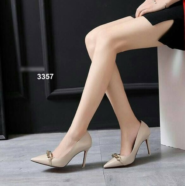 รองเท้าคัทชูส้นเข็ม หัวแหลม แต่งโซ่ทอง ทรงสุภาพ (สีครีม )