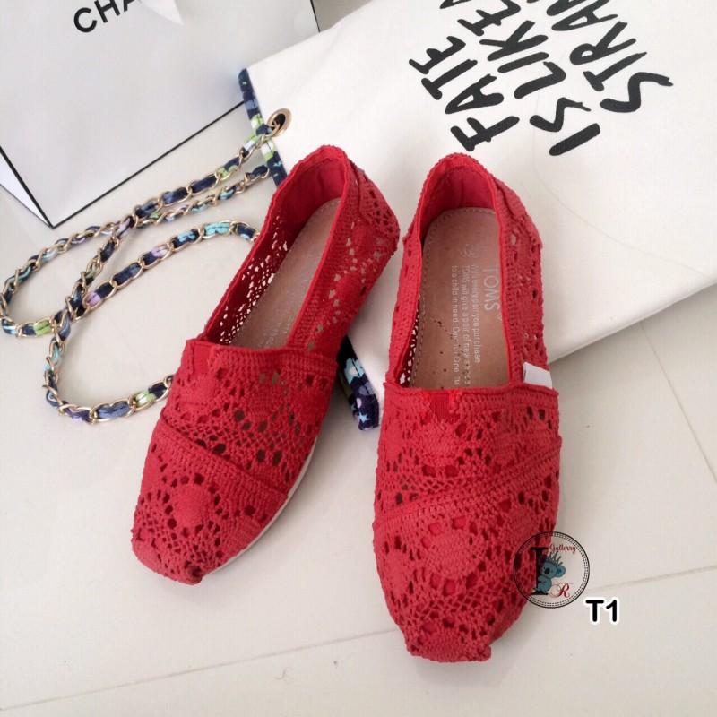รองเท้าผ้าใบลายลูกไม้สีแดง งานโครเชถัก Style Brand Toms (สีแดง )