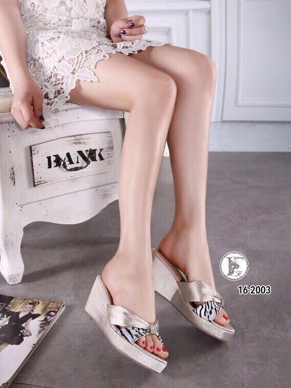 รองเท้าส้นเตารีดแบบสวม แต่งลายเสือ (สีครีม )
