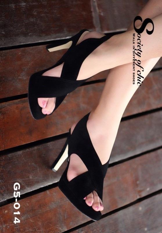 รองเท้าส้นสูงรัดส้นสีดำ กำมะหยี่นิ่ม ดีไซน์ด้านหน้าแบบสายไขว้ (สีดำ )