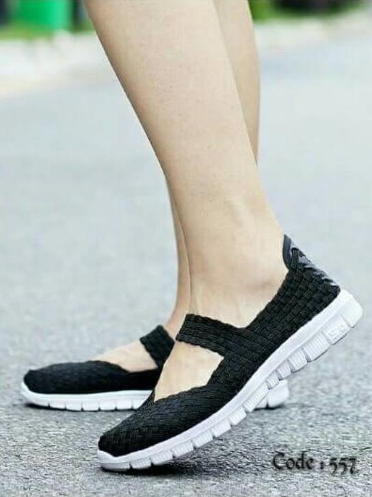 รองเท้าผ้าใบแฟชั่น ผ้ายืดสาน พื้นหักงอได้ (สีดำ )