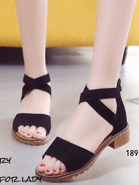 รองเท้าแตะรัดส้นสีดำ หนังกลับนิ่ม สายรัดแบบไขว้ (สีดำ )