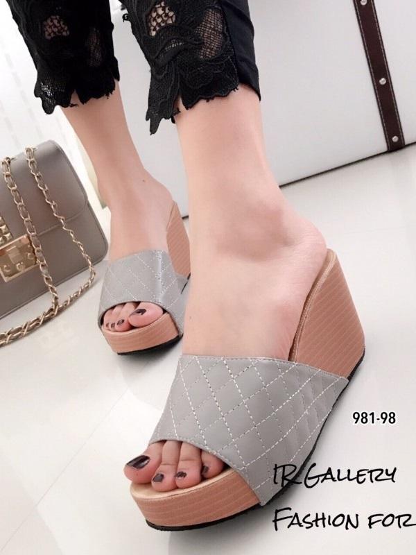 รองเท้าส้นเตารีด เปิดส้น แบบสวม หนังนิ่ม เย็บลายตาราง (สีเทา )