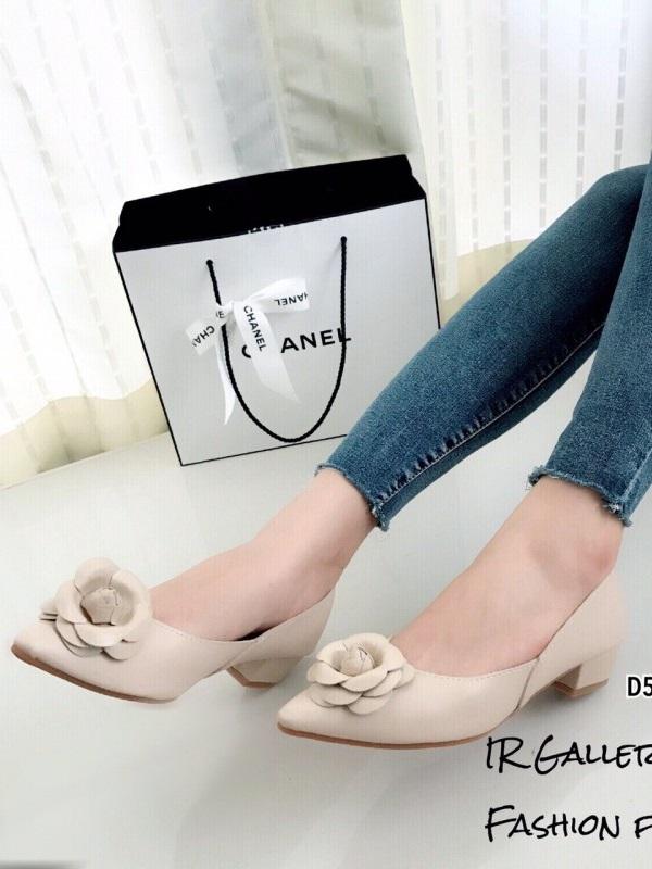 รองเท้าคัทชู หัวแหลม แต่งกุหลาบ (สีครีม )