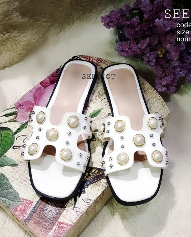 รองเท้าแตะแบบสวมสีขาว แต่งมุกเม็ดใหญ่ สไตล์Hermes (สีขาว )