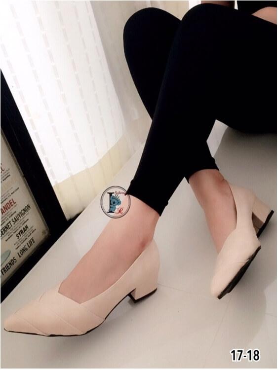 รองเท้าคัทชู ส้นสูง หัวแหลม หน้าวี หนังซ้อน (สีครีม )