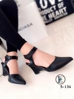 รองเท้าส้นเตารีดรัดข้อ หัวแหลม หนังนิ่ม สายรัดเมจิกเทป (สีดำ )