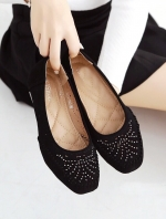 รองเท้าคัทชูสีดำ ผ้าสักหราดแบบด้าน ประดับอะไหล่เก๋ๆ