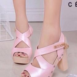 รองเท้าส้นสูงสีชมพู หนังเงานิ่ม หน้าแต่งสายไขว้ ตอกหมุด สายรัดข้อแบบเมจิกเทป สูง4นิ้ว เสริมหน้า1.5นิ้ว นน.เบา