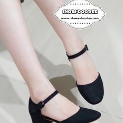 รองเท้าส้นสูงสีดำ ทรงปิดหัว รัดส้น เว้าด้านข้าง ส้นตันสูง1นิ้ว วัสดุทำจาหนังกลับเนื้อนิ่ม แมทกับเสื้อผ้าได้ง่าย แนะนำจร้า