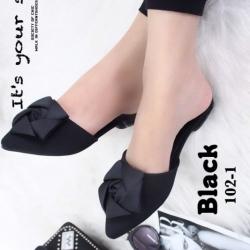 รองเท้าส้นเตี้ยเปิดส้นสีดำ หัวแหลม แต่งกุหลาบ (สีดำ )