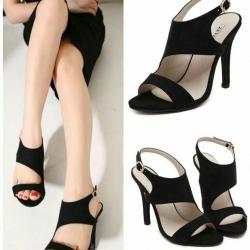 รองเท้าส้นสูงสีดำ 4นิ้ว ทำจากผ้าสักหลาด ดีไซน์เฉี่ยว มีสายรัดข้อเท้าเพิ่มความกระชับ เปรี้ยวปรี๊ดจริงๆ