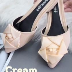 รองเท้าส้นเตี้ยเปิดส้นสีครีม หัวแหลม แต่งกุหลาบ (สีครีม )