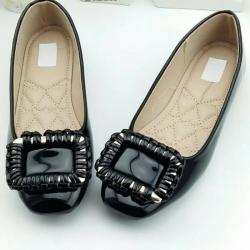 รองเท้าคัทชูส้นเตี้ย หัวตัด หนังแก้ว (สีดำ )