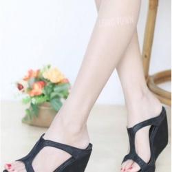 รองเท้าส้นเตารีด สไตล์สวม ทรงเว้าข้าง ใส่แล้วดูเพรียวขายาว (สีดำ )