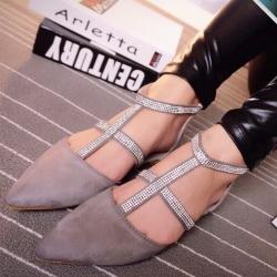 รองเท้าแฟชั่นส้นแบนสีเทา รัดส้น หัวแหลม หนังสักราจ ประดับเพชร เข็มชัดปรับระดับได้ กระชับเท้า แฟชั่นเกาหลี แฟชั่นพร้อมส่ง