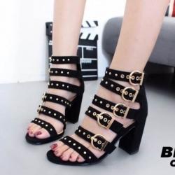 รองเท้าส้นตันหุ้มข้อสีดำ สายคาดกำมะหยี่ ตอกหมุดทอง (สีดำ )