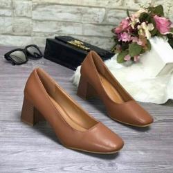 รองเท้าคัทชูส้นตันหัวตัดสีน้ำตาล พียูเรียบ ส้นไม้ (สีน้ำตาล )