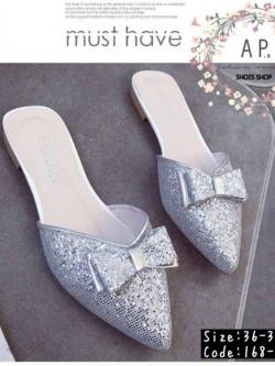 รองเท้าส้นแบนสีเงิน เปิดส้นเท้า งานนำเข้า แบบขายดีอีกแบบที่หลายคนถามหาค่ะ กิตเตอร์วิ้งสวย ตกแต่งด้วยโบว์ด้านหน้า น่ารักสุดๆ