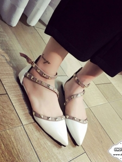 รองเท้าส้นแบนสีขาว Valentino-RockstuE-Ankle-Strap-2016 สวยมากคะรุ่นนี้ หนังแก้ว เงาสวย ตอกหมุด