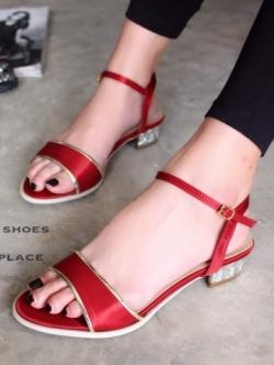 รองเท้าส้นเตี้ย รัดข้อเท้า ผ้าซาติน ส้นตันฝังเพชร สวยหรู (สีแดง )