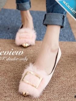 รองเท้าคัทชูส้นแบนสีชมพู หัวแหลม แต่งด้วยขนสัตว์และแผ่นโลหะสีทอง สวมใส่สบาย เดินง่ายคล่องตัว แฟชั่นเกาหลี แฟชั่นพร้อมส่ง