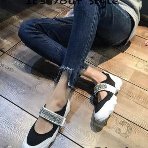 รองเท้าผ้าใบผู้หญิง ผ้ายืด แต่งสายคาดประดับเพชร สไตล์DIOR (สีดำ )