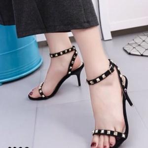 รองเท้าส้นสูงสีดำ ทรงส้นเข็ม สินค้านำเข้า วัสดุทำจากผ้าสักหลาด สี เขียว ดำ งานตอกมุดทองเหลือองเเนว วาเลนติโน่ มาพร้อมสายรัดขัอปรับระดับได้ แบบสวยงานดีเหมือนรูป 100% มีสายรัดข้อปรับระดับได้ สูง3.5นิ้ว