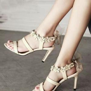 รองเท้าส้นสูงสีครีม ทรงส้นเข็ม สูง 3.5 นิ้วหมุดดอกไม้ ด้านหลัง.ใช้ผ้า ชีฟองม้วนทำโบ เกร๋สุดๆ เปรี้ยวอมหวาน ไม่มีในตู้รองเท้าถือว่าพลาดอย่างแรง