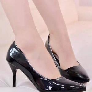รองเท้าคัทชูส้นสูง หัวแหลม หนังแก้ว (สีดำ )