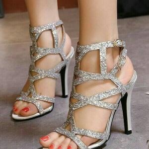 รองเท้าส้นสูงสีเงิน ส้นสูง4 นิ้ว มีกริตเตอร์ สวยเปรี้ยวมาก สายคล้องข้อเท้า สองสายเพิ่มความกระชับเวลาใส่ ใส่แล้วขายาว สูงเพรียว ออกงาน ปาร์ตี้ คู่นี้เลยคร่า
