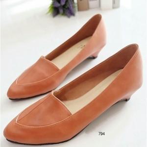 รองเท้าคัทชูหัวแหลม ส้นเตี้ย (สีน้ำตาล)