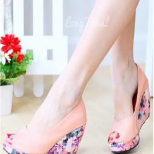 รองเท้าคัทชูส้นโอ่ง เปิดหัว ส้นพิมพ์ลายดอกไม้ (สีชมพู )
