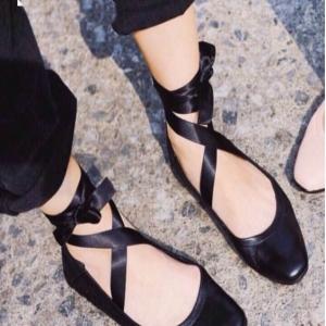 รองเท้าคัทชูสีดำ หัวตัดยาว วัสดุทำจากหนังPU นิ่มๆ ขอบเย็บยางย่น กระชับเท้า เพิ่มสายพันข้อเก๋ๆ ด้านหลังปักอักษร date me (+1 จากไซสืปกติ)